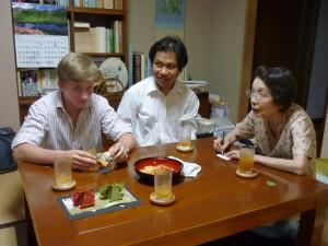 和紙で作り方を習っている留学生