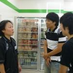 ファミリーマートの店長さんにお願いをしている留学生達