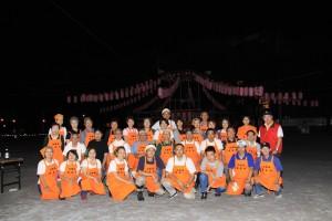 盆踊り大会での出店チーム集合写真